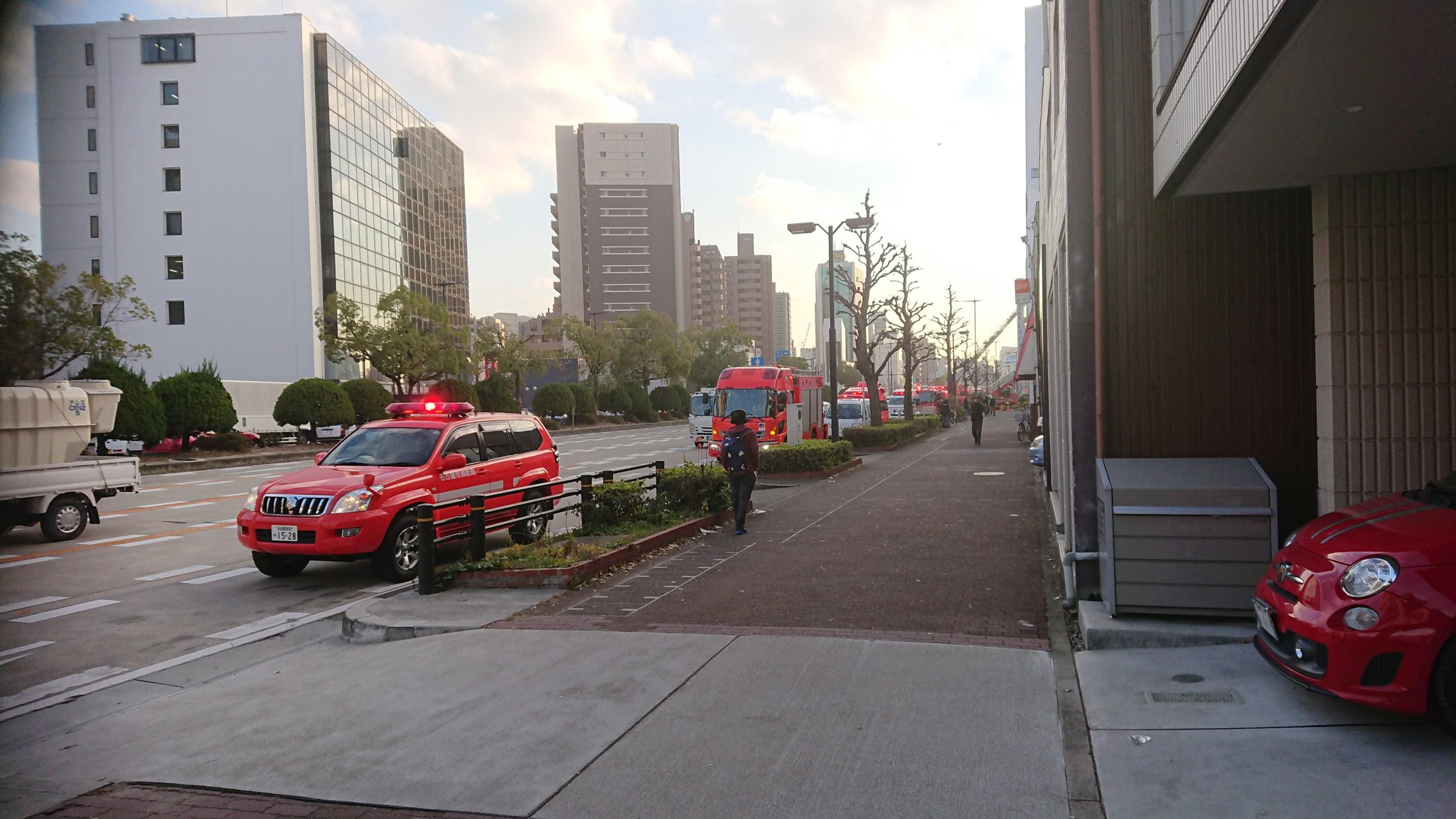 相生町のいそのビルで火事が起きはしご車で消火活動している画像