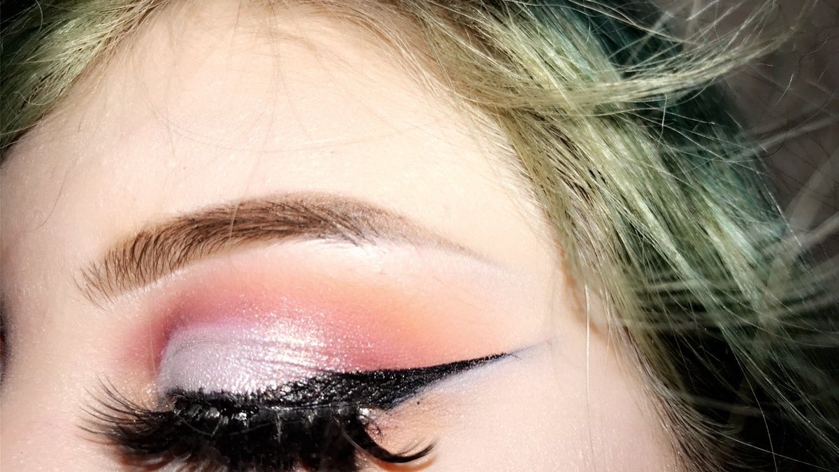 Ended up just doing a quick look instead today bc I had plans come up so this is what I ended up with #conspiracypalette #conspiracypalettelooks #jeffreexshane #makeup #eyeshadow #eyeshadowlooks #biglashes #eyelinersosharpitcouldcutaman #pastlook #red #silver #oreang  #sparklepic.twitter.com/gnOyCIWwyY