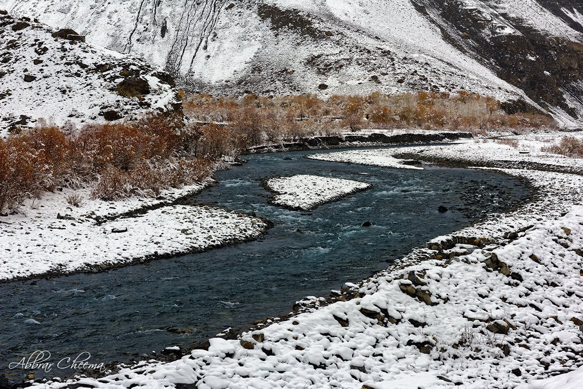 Hunza river in winter, Khunjrab, GB, Pakistan. I am doing photography to promote Pakistan, please retweet and follow me to support my cause  #Pakistanis #Pakistan #photographer #snow #photooftheday pic.twitter.com/yv5rJXxwau