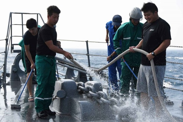 派遣海賊対処行動水上部隊(DSPE)「さざなみ」における「甲板流し」の様子です。海上が荒れる日が多いこの時期は、このように定期的に塩分を洗い落とす作業も重要な任務です。#海賊対処 #護衛艦さざなみ