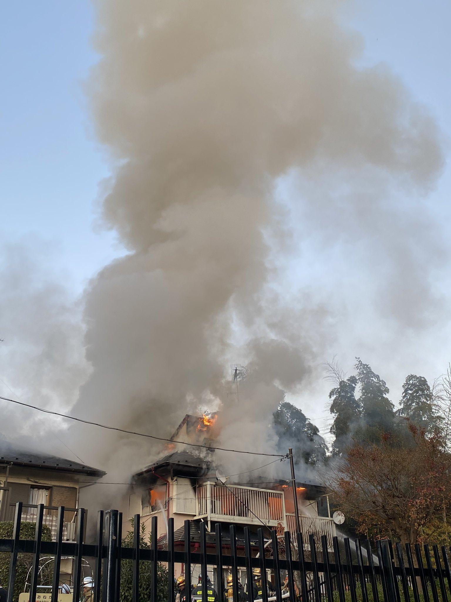 町田市上小山田町の住宅が激しく燃えている火災現場の画像