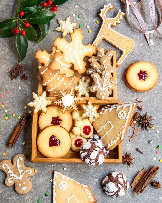 Una scatola piena di #biscotti per iniziare il lunedì! Buona giornata A. ~ ~ #chocolatecrinkles #gingerbread #waitingforchristmas #cookiesbox pic.twitter.com/aZheywsf5E