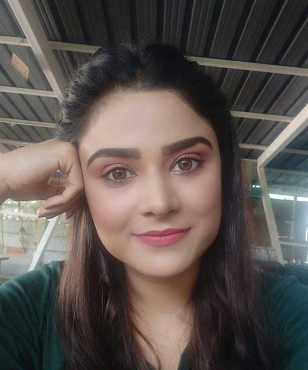 Bas apne aap mein.. apne he dhun mein!  #PriyankaSharma #PrettyWoman #mondaythoughts #BeautyGoals #Teluguactress pic.twitter.com/3F863BcLOH