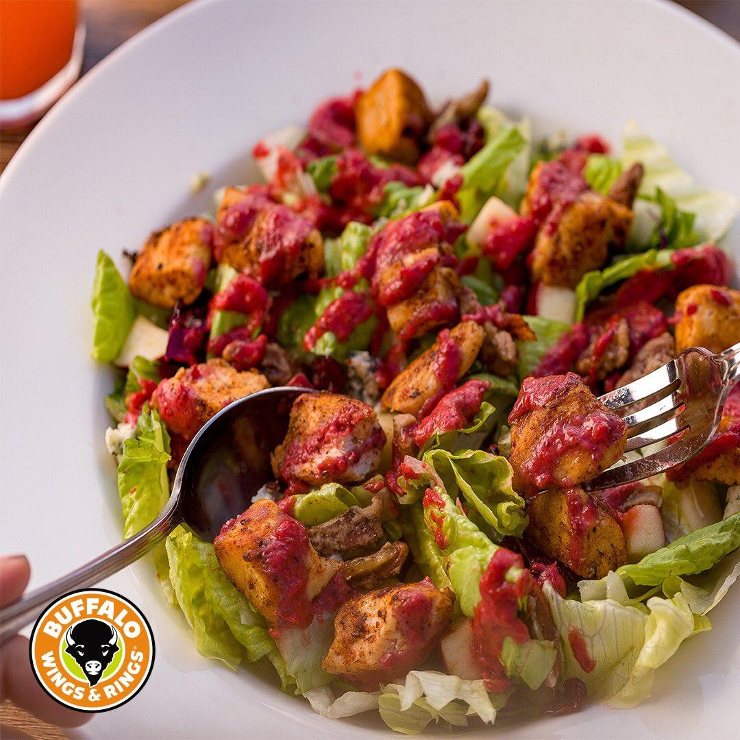 نتعب وإحنا نقول لذيذة! 😋🧡 لذيذة بمكوناتها المفيدة والغنية وراح يصير أحب ما على قلبك السلطة   #موسم_الرياض  #الرياض #بافلو_وينجز_أند_رينجز   If you want to love salads, you need one like the Perfect Pecan Salad on the table 🧡😋  #riyadhseason  #riyadh  #riyadhrestaurants https://t.co/IX9JH8quqI