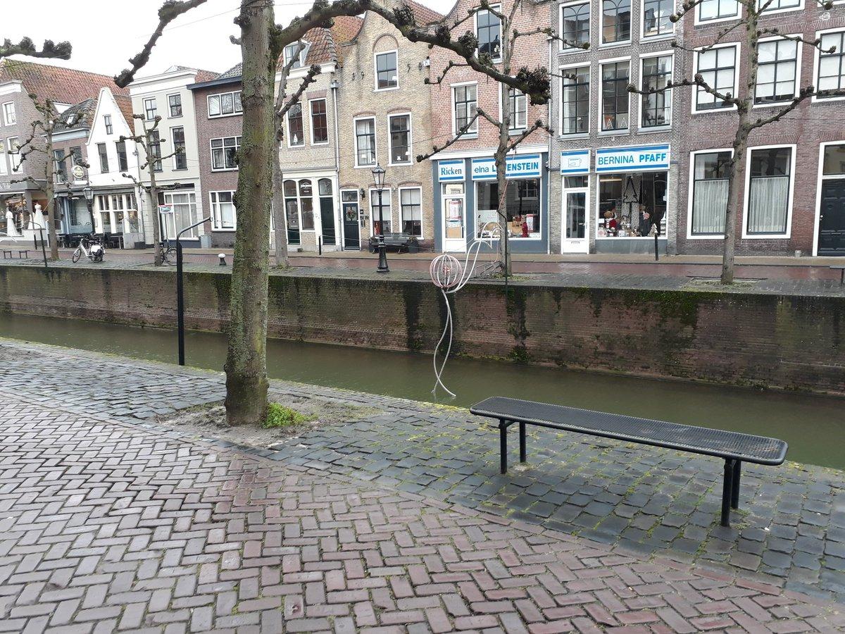 Gevaarlijke situatie. De sierverlichting over de Haven in Schoonhoven is kapot en hangt in het water. Valt me overigens op dat het aantal sets lampen ieder jaar minder wordt. #Krimpenerwaard (cc @Krimpenerwaard).pic.twitter.com/MrOkIZfsZq
