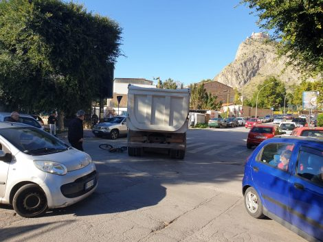Incidente mortale a Palermo, ciclista investito da Camion in via Thaon de Revel (FOTO) - https://t.co/IWxHQxnutR #blogsicilianotizie