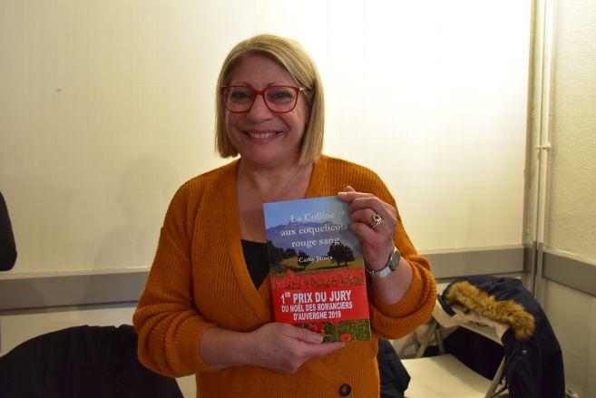 Après délibérations, c'est l'auteure Cathy James qui a reçu le prix du jury au salon du livre Le Noël des romanciers d'Auvergne de #Combronde pour son #roman historique « La colline aux coquelicots rouge sang » Elle nous en parle https://www.lamontagne.fr/combronde-63460/loisirs/qui-est-cathy-james-recompensee-au-salon-du-livre-le-noel-des-romanciers-dauvergne-de-combronde_13707176/…pic.twitter.com/ulHCvwjSEd