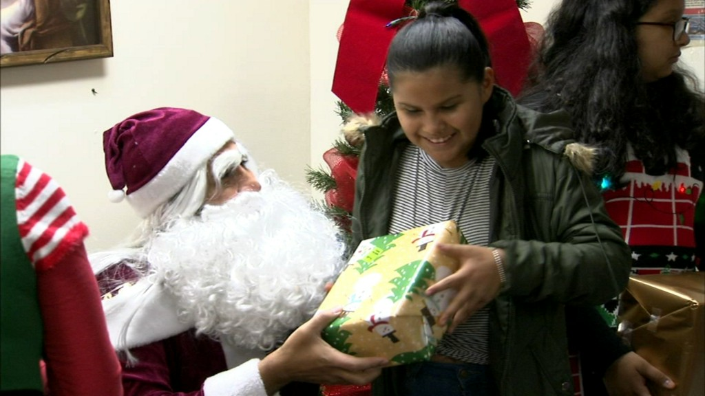 Child refugees celebrate Christmas early in Waukegan, some for first time in U.S. https://abc7chicago.com/5757916/?ex_cid=TA_WLS_TW&taid=5df788f3058609000175acd1&utm_campaign=trueAnthem%3A+Trending+Content&utm_medium=trueAnthem&utm_source=twitter…pic.twitter.com/0IlcuKvTpD