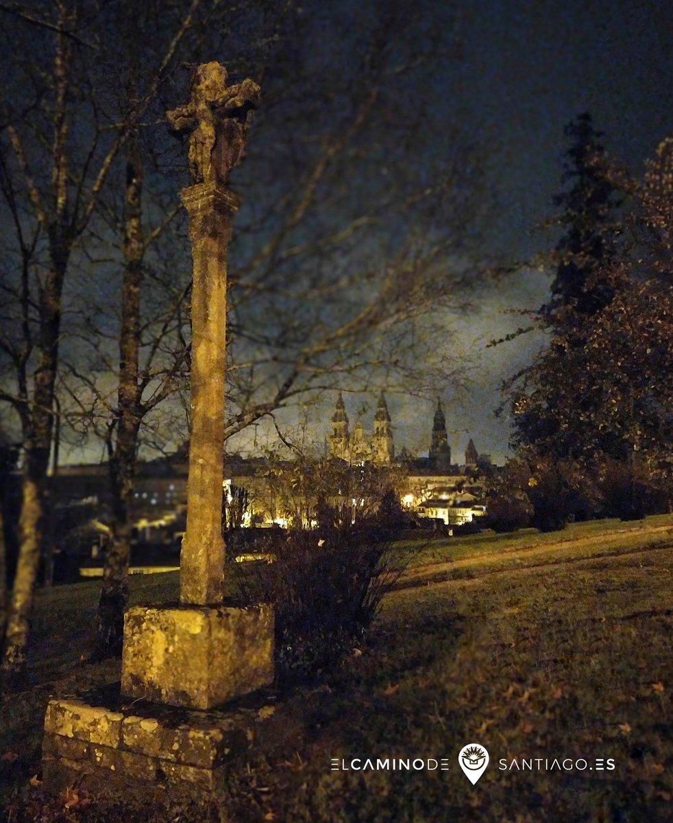 #buenosdias en modo postal antigua desde la #alameda compostelana.   🧐  #catedral #SantiagodeCompostela #elcaminodesantiago #caminar #sentir #vivir #ilcamminodisantiago #buencamino #peregrino #peregrina #gastro #gastrocamino #love #caminolovers