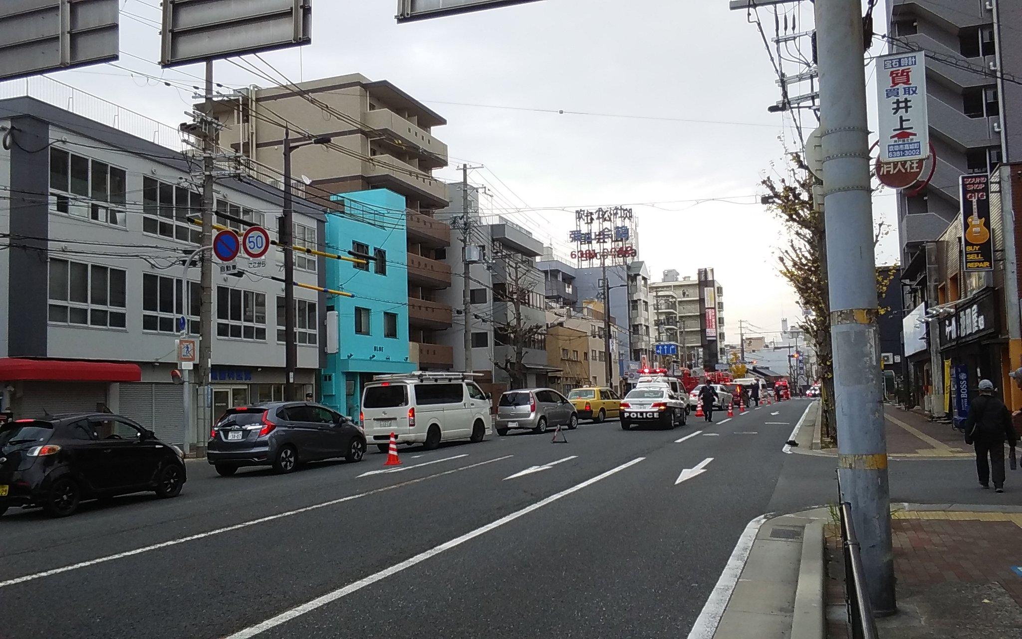 吹田駅付近の交通事故で緊急車両が集結している現場の画像