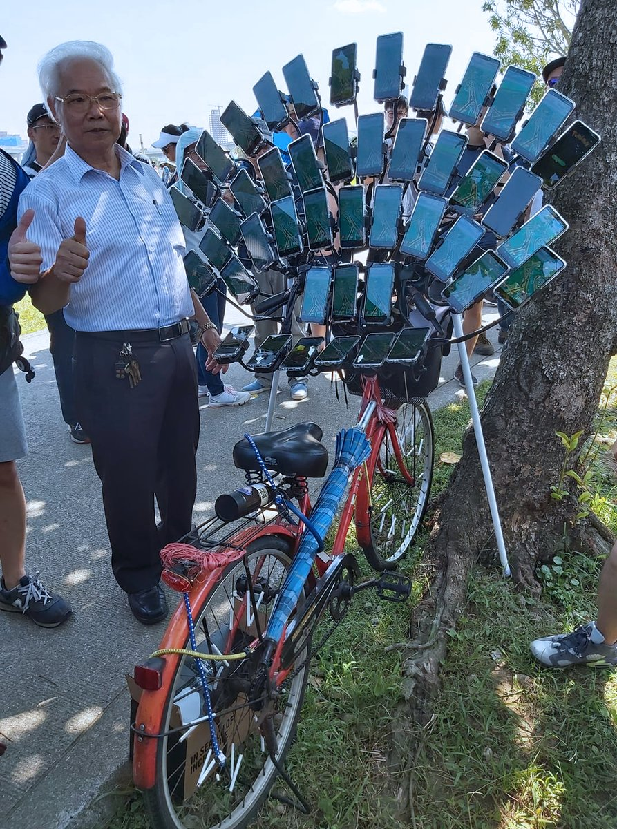 "Meet ""Uncle Pokemon,"" a Taiwanese Grandpa who uses his bike and 45 phones to catch Pokemons. He's really gotta catch 'em all!   #DOGlobal  Source: https://t.co/zUbDLBzHYO https://t.co/wruenBmDbe"