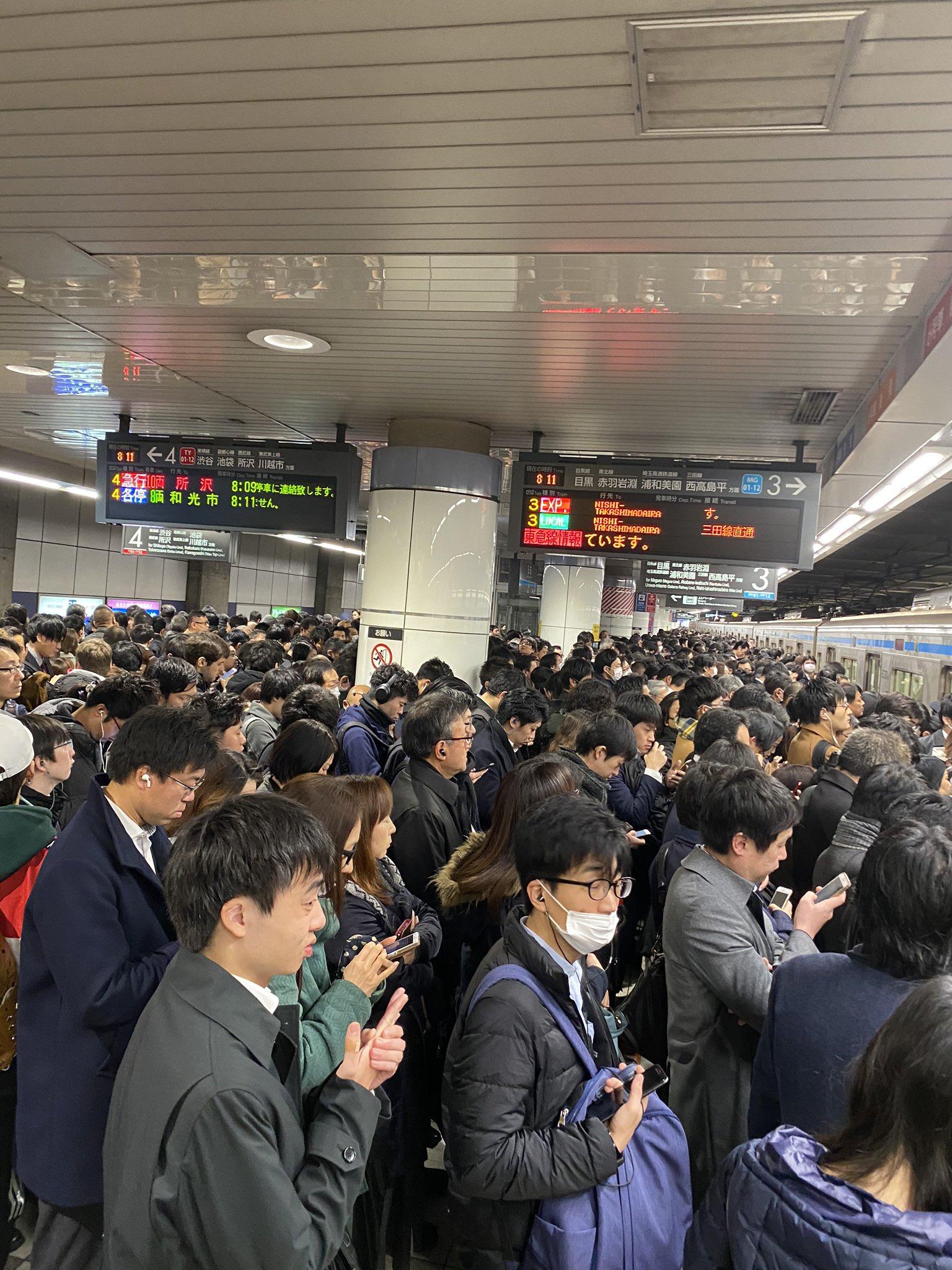 目黒線の日吉駅が大混雑となっている現場の画像