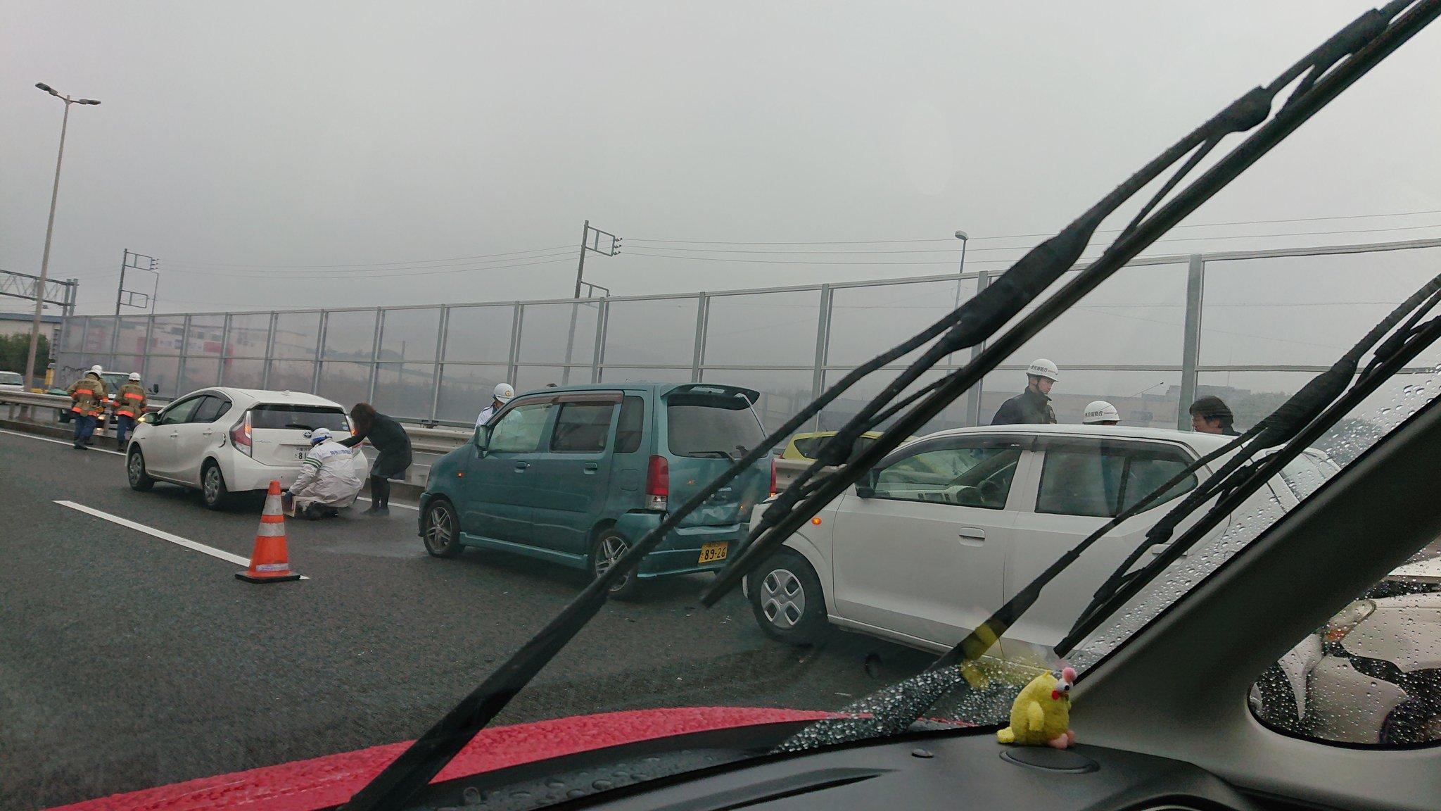 国道16号の保土ヶ谷バイパスの玉突き事故現場の画像