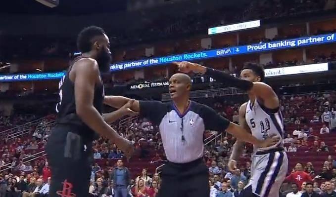 【影片】兩人一碰就炸!哈登和Murray發球時突發推搡,Murray手指哈登一頓大罵!