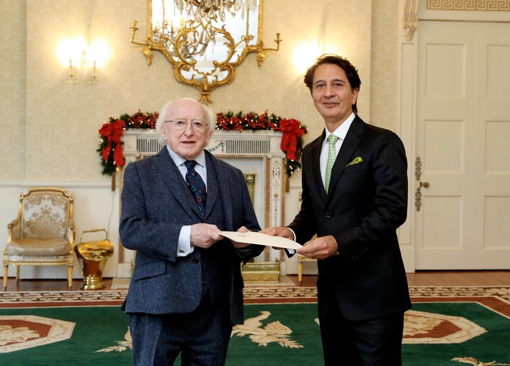 Presented credentials as Ambassador to Michael Higgins of Ireland, a statesman/poet, d 7th Head of State I had d honour 2 present: HM Queen Elizabeth II, W Bush, Lula da Silva of Brazil, Néstor Kirchner of Argentina, Vicente Fox of Mexico n Alvaro Uribe of Colombia in 2 decades <br>http://pic.twitter.com/h2DGdGnnSL