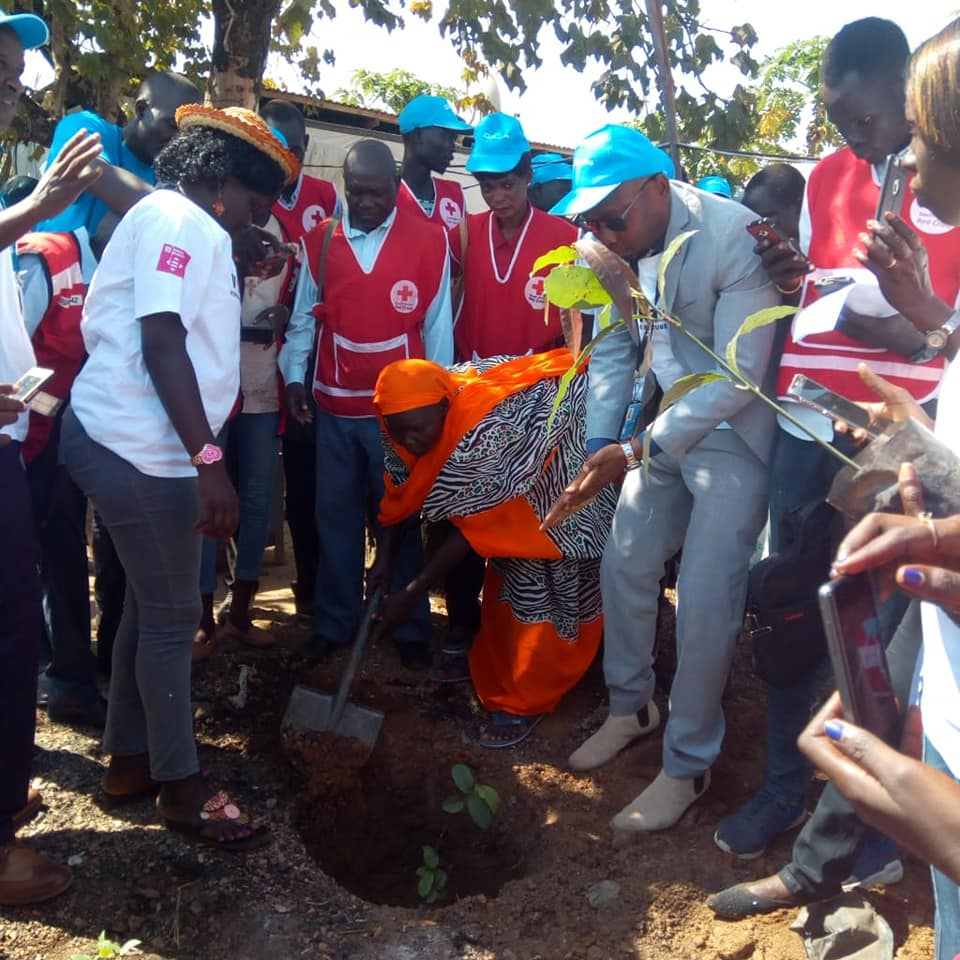 Our volunteers together with UN volunteers light up Gurei, suburb of Juba with fruit tree planting to mark the #InternationalVolunteerDay celebration. We celebrate our more than 13,000 volunteers across the country. Join us, be a volunteer. #ThanksVolunteers