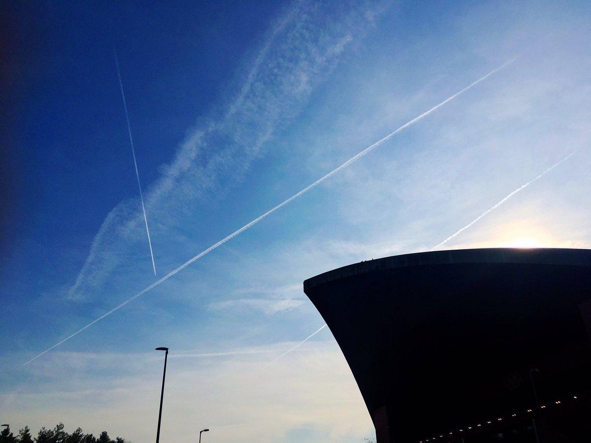 トリノ五輪の #パラベラ競技場 やっぱり晴れてます😊飛行機雲が「y」の字のタイミングで。「v」サインになることを祈って。