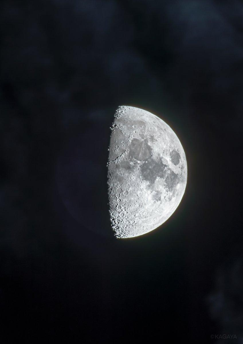 1, 九夜月。 2, 夜明けをむかえる雨の海。 写真中央で半分影になっている大きな円い平原が雨の海です(海とよばれていますが水はありません)。その右下の縁で影を落としている山の列がアペニン山脈です。 (先ほど望遠鏡を使って撮影)