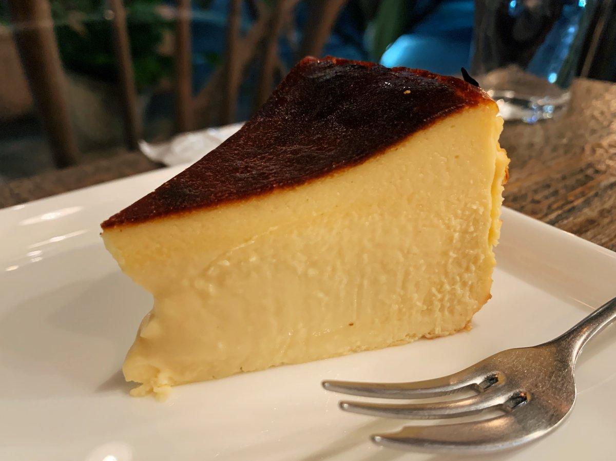 【AMBER DROP COFFEE ROASTERS】@埼玉:川口駅から徒歩8分濃厚とろとろなバスクベイクドチーズケーキを食べられるお店。外側はしっかりとした食感を残しつつ、中は溶けてしまいそうなくらいトロトロな食感🎶チーズケーキのコクと酸味を楽しみつつ、ピンクペッパーに付けて食べても最高です✨