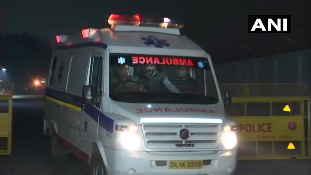 Delhi: Woman who was set ablaze in Bihar area of Unnao earlier today brought to Delhi from UP's Lucknow by an air ambulance, to be admitted to Safdarjung Hospital for medical treatment.