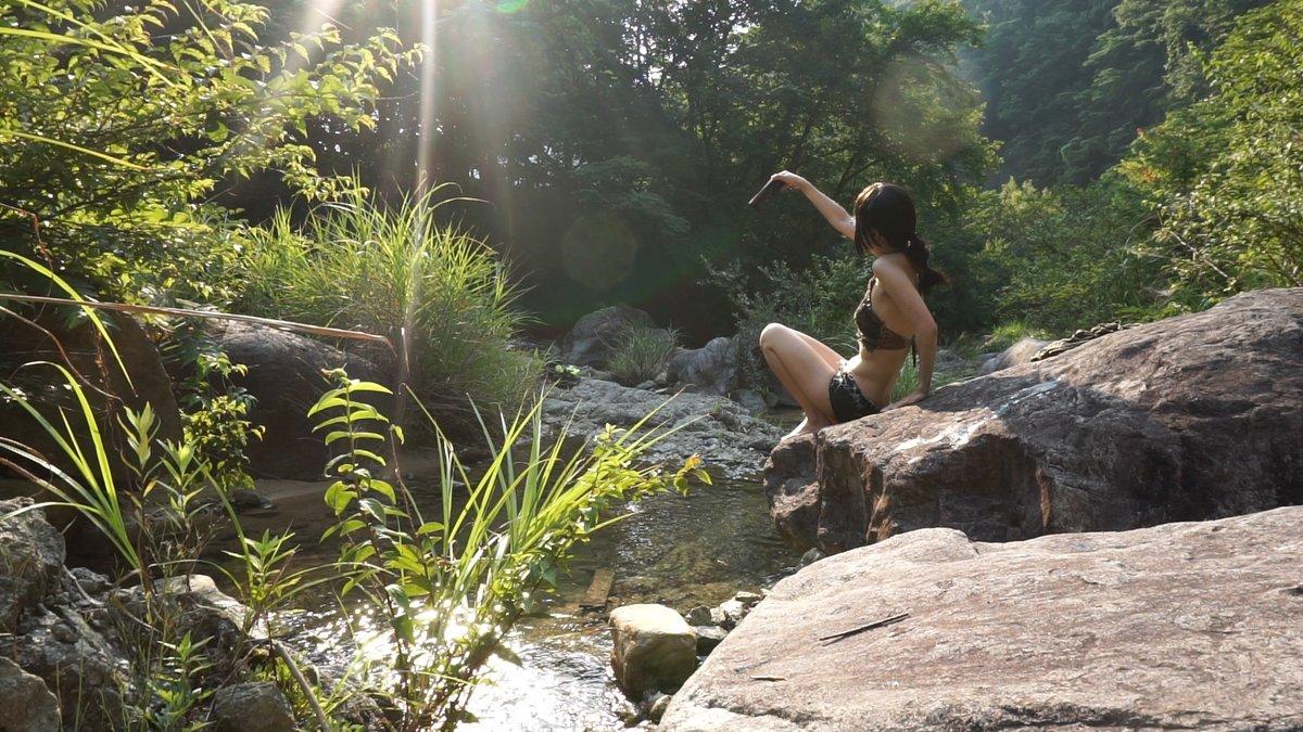夏、日が落ちる前のひと時。 川の音を聞きながら冷たい水に足をつけると 汗ばんだ体が心地よさに包まれます。  動画↓  夏、夕涼みの川  #川 #夕方 #夕涼み #水遊び #自然 #一人 #自然の音 #環境音 #川の音 #せせらぎ #自然音