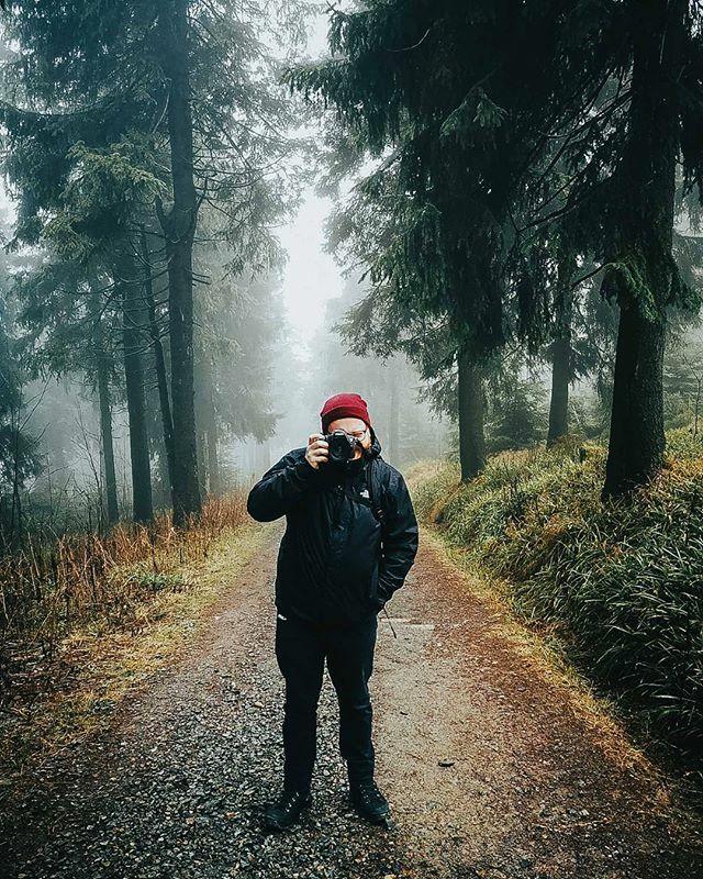 Ein Männlein steht im Walde, ganz still und stumm. Knips. @w.urzel  #erzgebirge #erzgebirge_erleben #forest #fog #nebel #roamtheplanet #moody #neblig #roamgermany #50mmf18 #kalt #germanroamers #canon #lightroom #wandern #mood #dezember2019 #latergr… https://ift.tt/36b76YPpic.twitter.com/Wvay3modr3