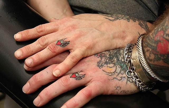 Ver  ↔↔💍 Anillos de Boda Tatuados #boda #anillosdeboda #amor https://anillosdebodaweb.com/tatuados/ ⬅⬅💖💖💖💍 Ahora existen parejas que prefieren jurarse amor eterno con formas más creativas como los anillos ..