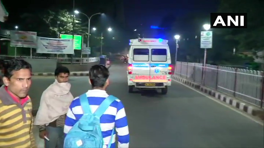 Delhi: Woman who was set ablaze in Bihar area of UP's Unnao earlier today brought to Safdarjung Hospital for medical treatment.