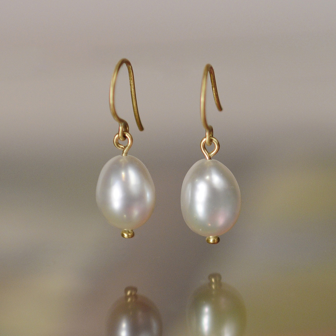 Jaws will drop as these impressive one of a kind earrings bring us out of our shell. These south sea pearls are of exceptional quality and glow with an almost silver finish. #southsea #pearl #earrings #18kgold #luminous #glow #treasurefromthesea #simple #classic #meandrojewelry