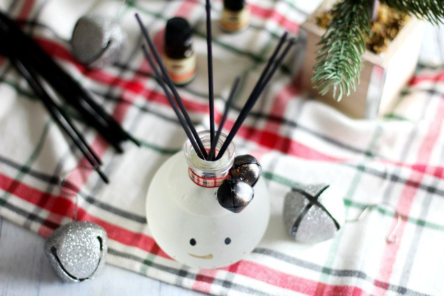 Fill your home with holiday fragrance with this Easy Frosted Glass #Snowman Reed Diffuser! Download the free #printable to make this a great, handmade holiday gift!  #DIY #Christmas #livinglavidadiy