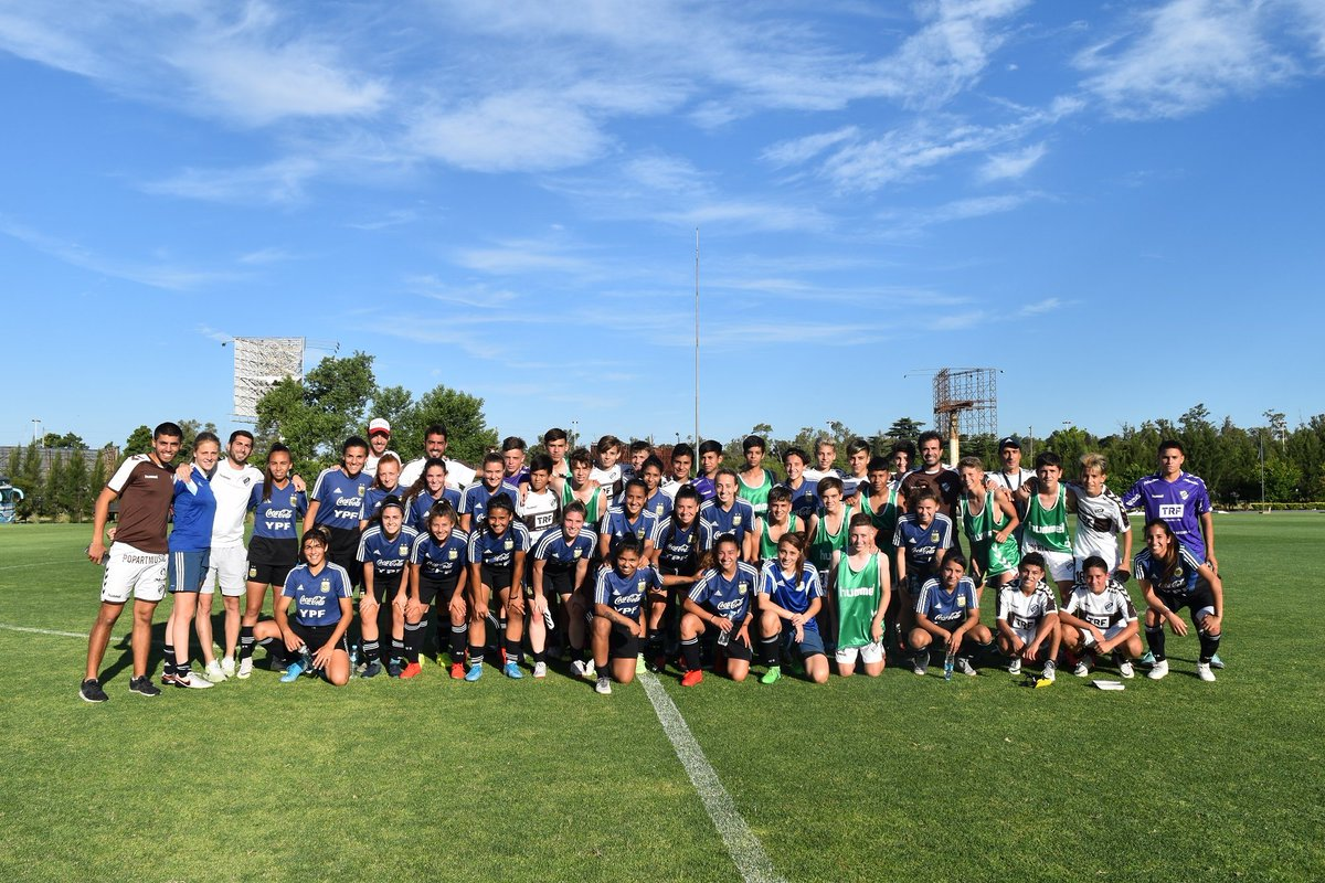 #SelecciónFemenina Con un amistoso ante los juveniles de @caplatense, la #Sub20 culminó su semana de entrenamiento. ¡Gracias por la visita!  📝 https://t.co/uM6tl8fuPQ https://t.co/UjlmA5B0XQ
