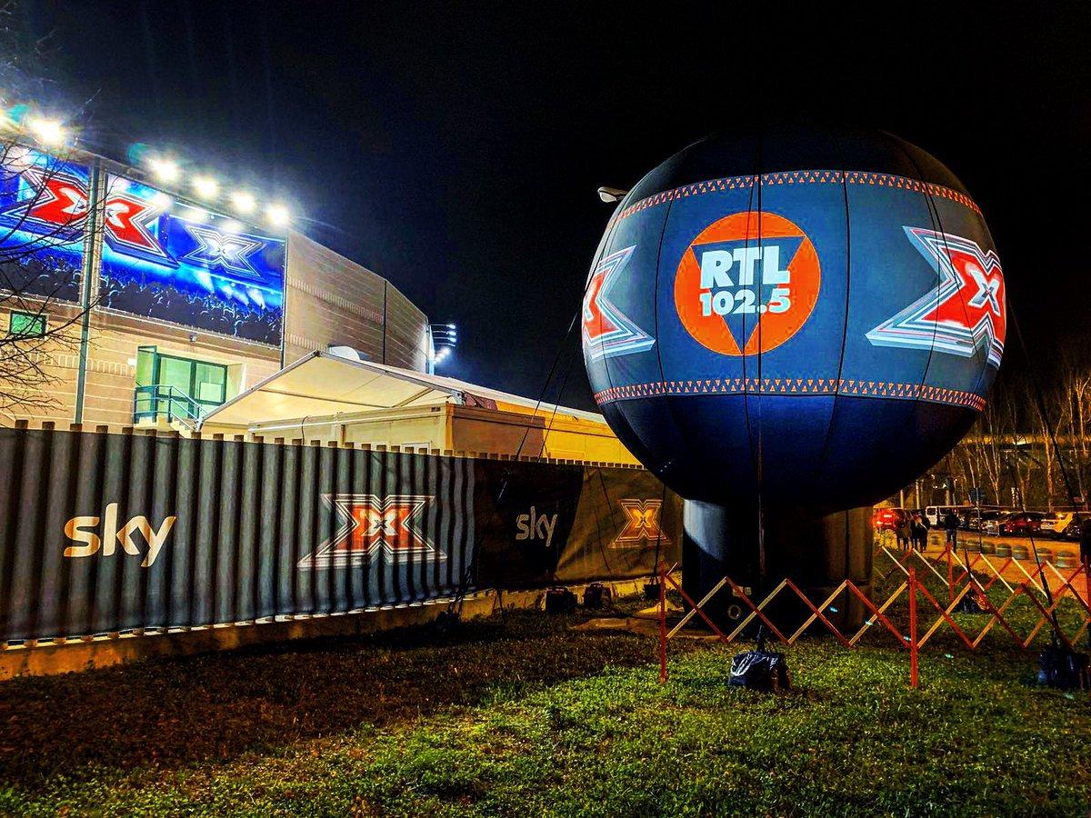 Anche fuori dall'X Factor Dome si respira l'aria della semifinale 🌠 Stasera sapremo i nomi dei quattro concorrenti che si giocheranno la vittoria di #xf13 🔥 Come sempre potrete seguire la puntata in diretta su RTL 102.5 🌟  RTL 102.5 è la radio di @XFactor_Italia 📻 https://t.co/aqZHS8DOwx