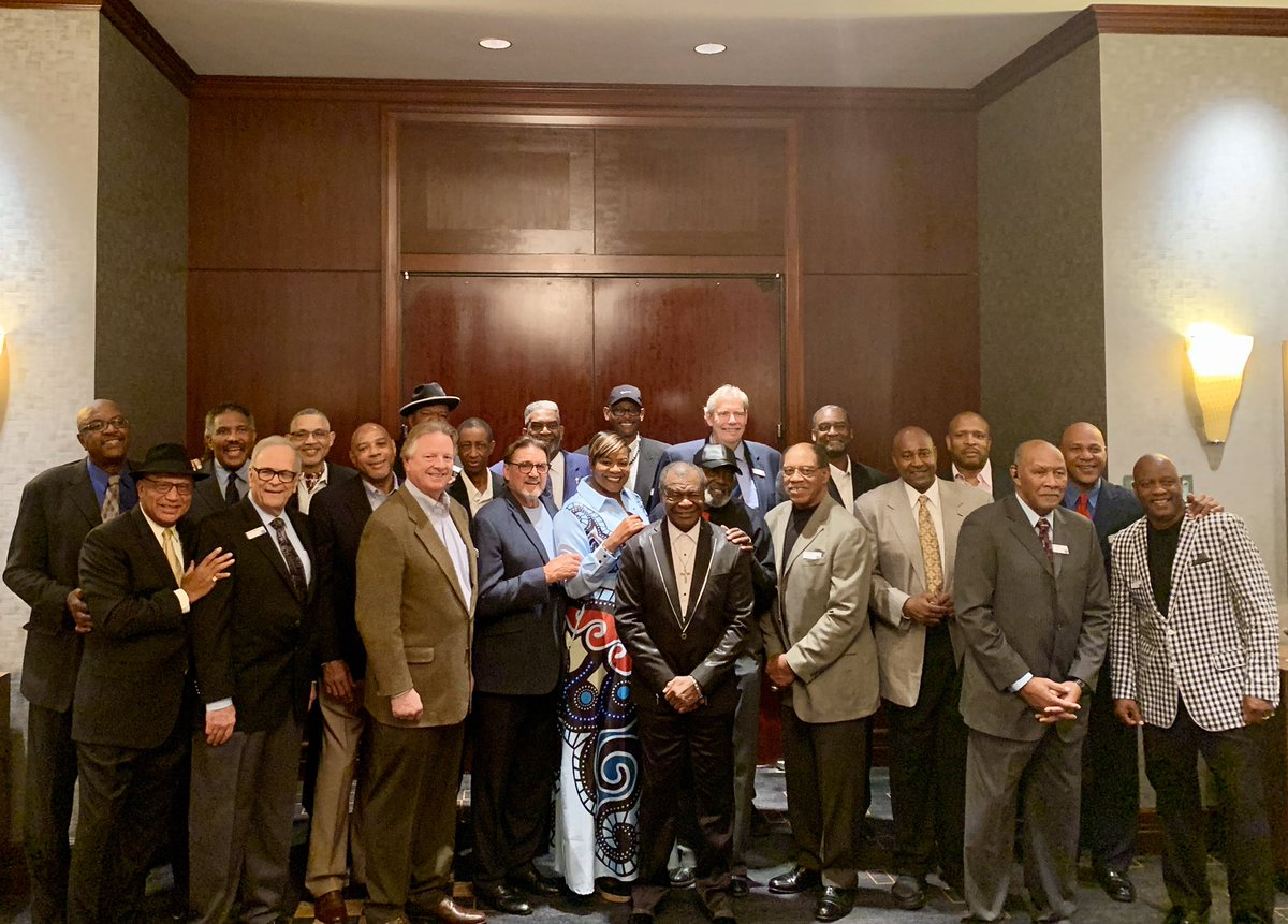The @NBRPA_Houston Chapter teamed up with @AmericanCancer to support cancer patients & their families at the Slam Dunk Cancer Celebrity Dinner. We're extremely proud that the #LegendsofBasketball are #AttackingCancer. #LegendsCare