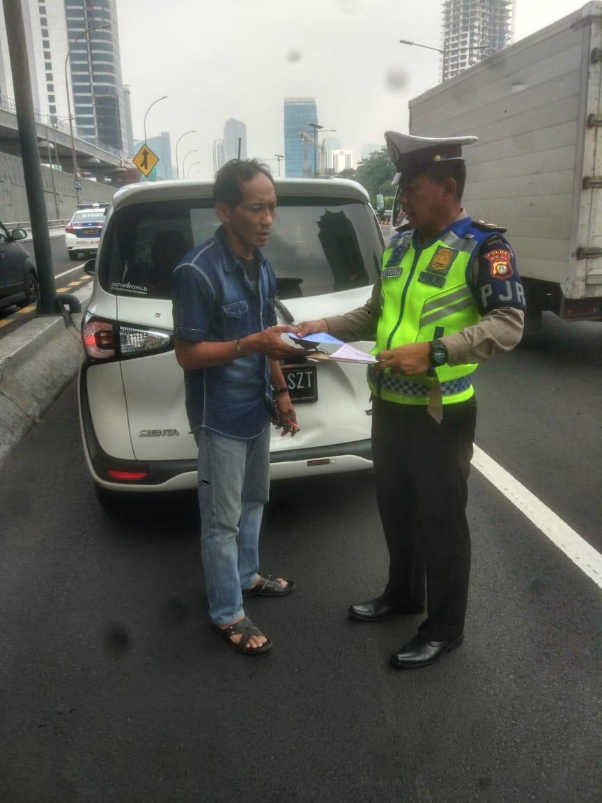 10.59 Penindakan pelanggaran Bahu Jalan di ruas Tol Dalam Kota.Bahu jalan hanya untuk kendaraan  dlm keadaan darurat