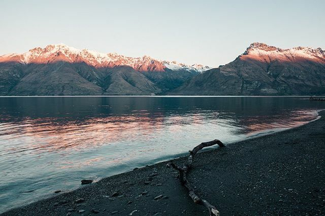 The end of a beautiful sunset, taken just outside of Queenstown. 🌄 #travelanddestinations #bestcitybreaks #living_destinations #bestvacations #travellingthroughtheworld #earthpix #beautifuldestinations #wonderful_places  #mountainscapes #mountainsuns…