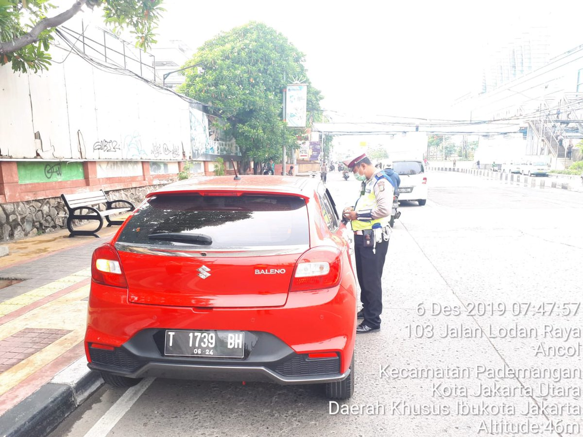 08.36 Polri lakukan penindakan dan pengaturan terhadap Pengendara yang melanggar Peraturan gubenur Jakarta tentang Pembatasan Kendaraan Bermotor dengan cara ganjil genap ( GAGE )  di Jl Gunung Sahari.
