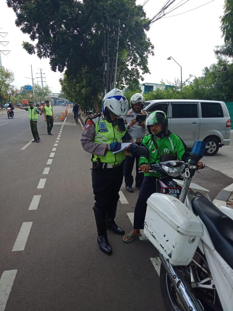 08.37 Polri lakukan penindakan terhadap para Pemotor yang melanggar marka jalan.