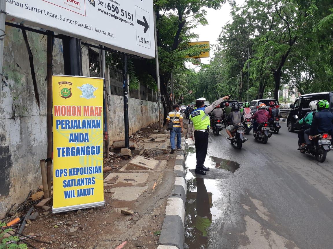 08:53 Operasi Kepolisian penindakan pelanggaran & pemeriksaan kelengkapan surat2 kendaraan di Jl.Sertivia Tj.Priuk Jakut.