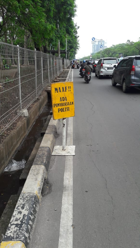 08:59 Operasi Kepolisian Satlantas Jakpus di Jl.Benyamin Sueb Kemayoran , penindakan pelanggaran & pemeriksaan  kelengkapan surat2 kendaraan.