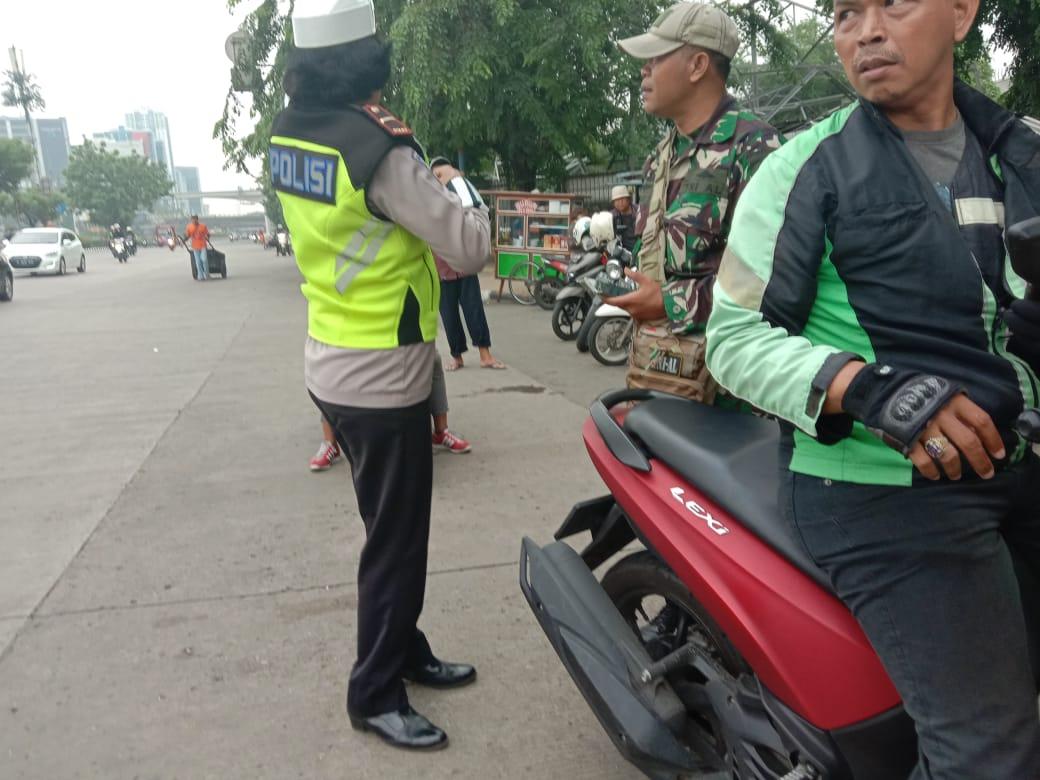 09:29 Unit lantas Jaktim lakukan penertiban Ojol yang parkir tidak pada tempatnya yg menganggu kelancaran lalu lintas di depan UKI Cawang.