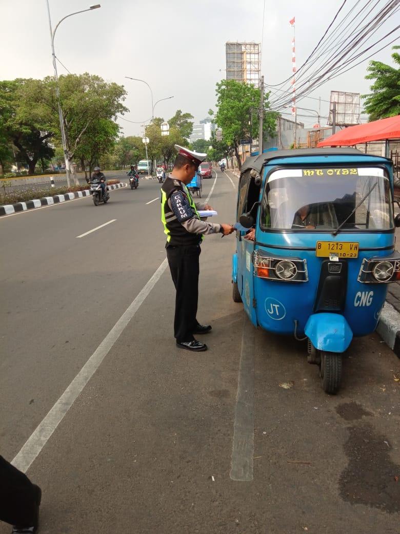 09:33  Subdit Gakkum Ditlantas PMJ penindakan dg tilang thd pelanggaran jalur khusus sepeda di Jl.Pramuka Jaktim.