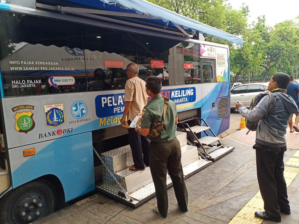 09.36 Pelayanan mobil Samsat keliling Jakarta Pusat di Lapangan Banteng Jakpus, hari Jum'at 06 Desember 2019 mulai jam 08.00 s/d 14.00 WIB siap melayani masyarakat.