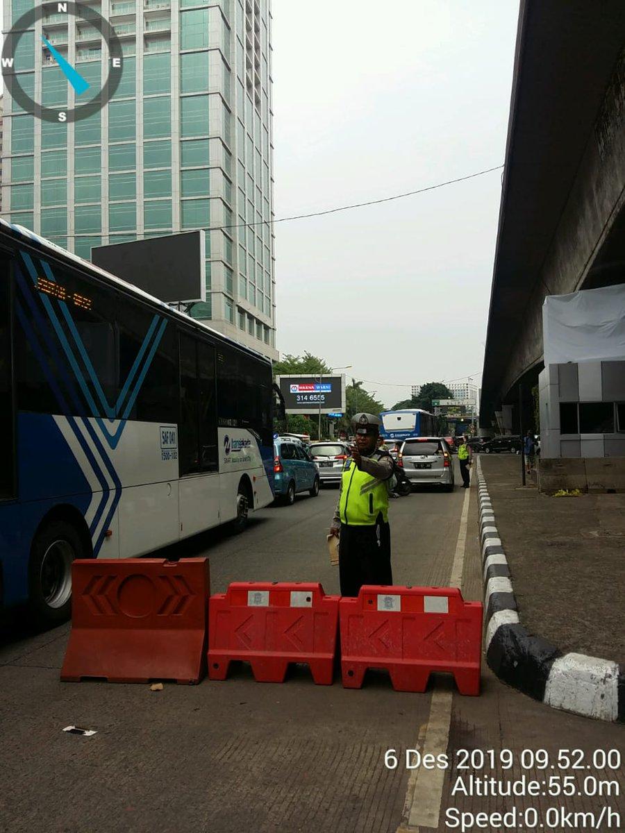 10.03 Sat lantas Jakbar pengaturan lalu lintas di traffic light Slipi, Situasi lalu lintas mengarah Tomang terpantau padat