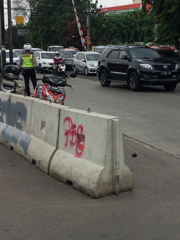 10:07 Kondisi arus lalin Jl.Latumenten dpn Stasiun KA  lalu lintas padat petugas upaya pengaturan.
