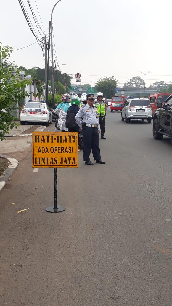 10:09 Operasi Lintas Jaya gabungan TNI,POLRI & DISHUB di Jl.Raya Pasar Rebo Jaktim.