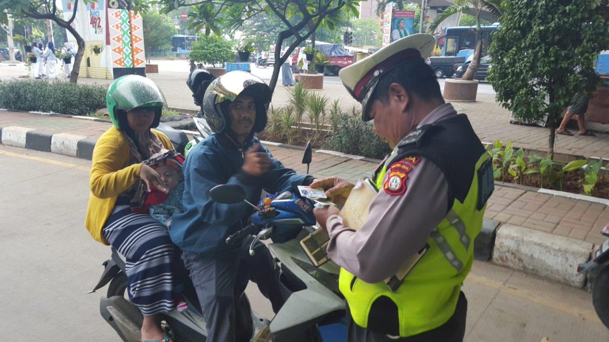 10.58 Sat Lantas Jakbar penindakan terhadap pelanggaran kasat mata dan lawan arus di traffic light Cengkareng.