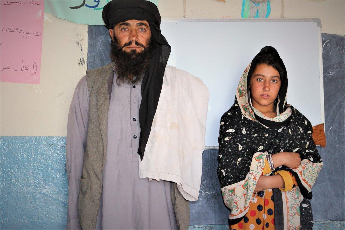 """Det här är Mia Khan. Han kör sin dotter 12 km till hennes skola varje dag på sin motorcykel i Paktiaprovinsen. Där sitter han och väntar på henne för att sen köra henne hem. """"Jag är analfabet men det är min högsta önskan att mina döttrar ska få samma utbildning som mina söner."""""""