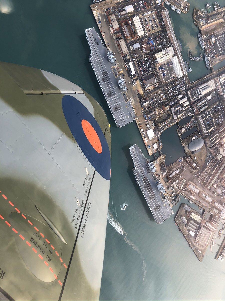 Past cornerstone of UK defence capability dipping a wing in tribute to the future. @HMSQNLZ @HMSPWLS @AOC_1_Group @HMNBPortsmouth @BoultbeeAcademy #spitfire #wingfriday #avgeek #highenoughtoglideclear https://t.co/tOSL6YErt3