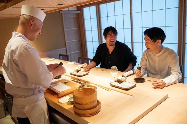 ハライチ岩井&佐久間P、雑誌「CREA」で寿司をつまみながら対談
