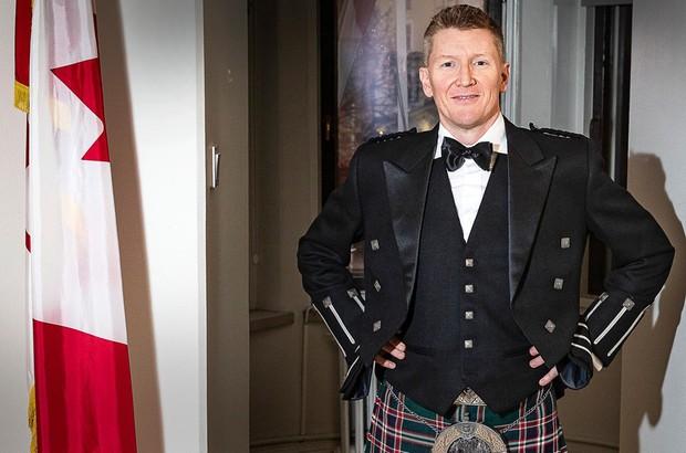 Suurlähettiläs Jason Tolland edustaa Kanadaa skotlantilaisia juuriaan korostaen tänä iltana Linnan juhlissa. Lue lisää diplomaattien kansallispuvuista MT:n artikkelissa.  Hyvää itsenäisyyspäivää! Glad självständighetsdag!  http://ow.ly/OEZi50xtwwU